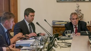 Kandidát na ministra zahraničí Tomáš Petříček, aktuální šéf resortu Jan Hamáček a prezident Miloš Zeman