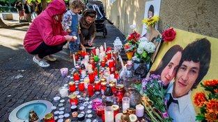 Půl roku po vraždě lidé v srpnu zapálili svíčky na náměstí SNP