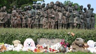 Památník lidických dětí. Po atentátu na říšského protektora Reinharda Heydricha v roce 1942 nacisté obec Lidice vyhladili. Část dětí odvlekli do Říše k poněmčení, část umístili do dětských domovů v Praze a ostatní usmrtili výfukovými plyny v nákladních autech.