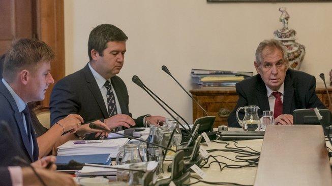 Tomáš Petříček (zcela vlevo) chce pravidelné konzultace s prezidentem