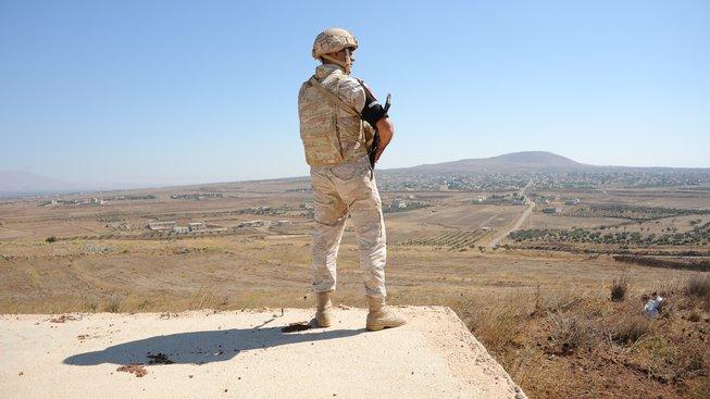 Ruský voják hlídkuje na Golanských výšinách