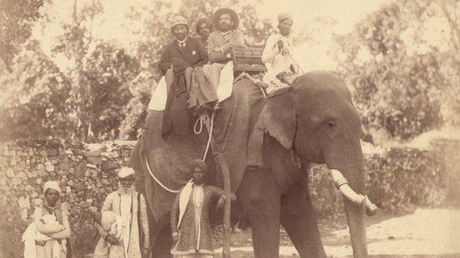 J. Kořenský a K. Řezníček na slonu při cestě z Džajpuru do Ámbéru