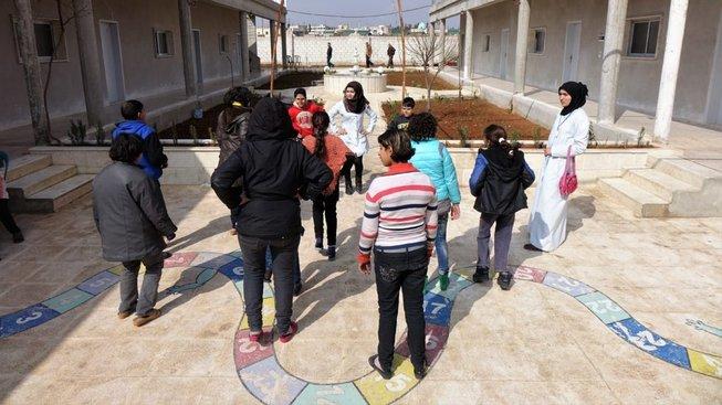 Stávající sirotčinec má 13 pokojů. Trvale v něm žije 18 sirotků. Dalších 865 dětí žijících u pěstounů