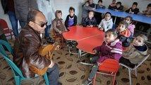 hudebni-vyuka-nebo-terpie-sluchove-handikapovanych-deti-maji-naslouchadla-kytarista-je-slepy-1024x683