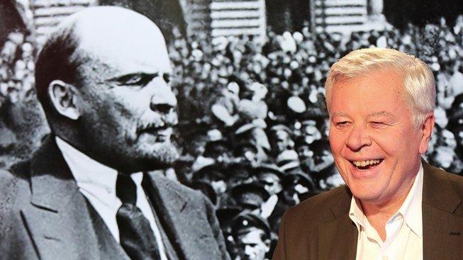 Vladimír Iljič Lenin (vlevo) a Josef Skála, soudruh k soudruhovi sedá