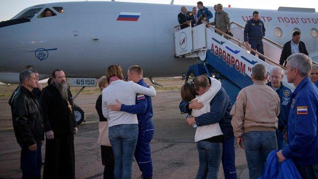 Hague a Ovčinin se vítají se svými blízkými, poté co přežili havárii rakety