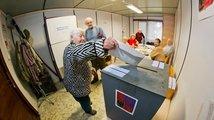 Zpátky k urnám: Začalo druhé kolo voleb do Senátu