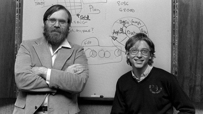 Paul Allen (vlevo) s Billem Gatesem založili Microsoft oficiálně v dubu 1975