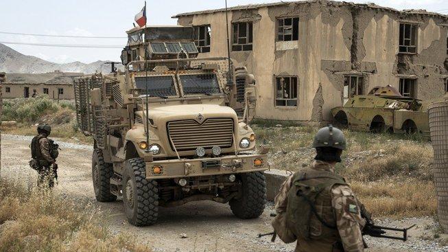 Čeští vojáci u základny v afghánském Bagrámu