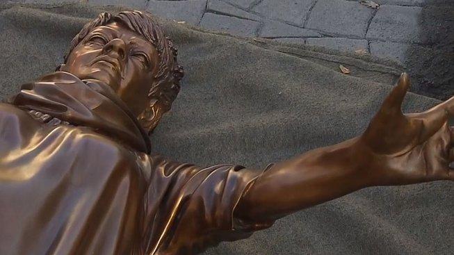 Na internetu někteří s humorem upozorňují, že socha připomíná více herce Milana Šteindlera.