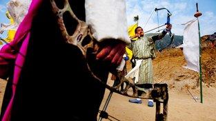 Bhútánci jsou excelentní lukostřelci, jejich tradiční luky ale na ty moderní nemají, proto v zahraničích soutěžích nebodují