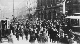 28. říjen 1918 a lidé shromáždění před Národním divadlem