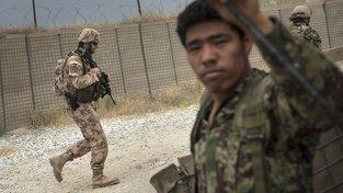 Čeští vojáci na snímku z roku 2014 procházejí kolem příslušníka afghánské armády během hlídky v provincii Parván
