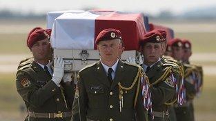 V kovové rakvi se z Afghánistánu vrátilo třináct českých vojáků. Psovod Tomáš Procházka bude čtrnáctým