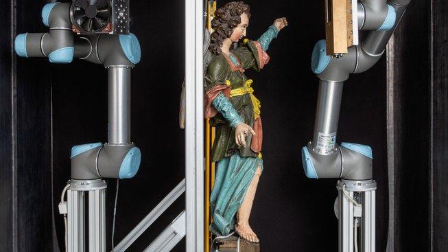 Robotické ruce, detektor, zdroj RTG záření a umění...