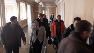 Soud zprostil viny vlakvedoucí Jarmilu Soukupovou (uprostřed) i průvodčí Janu Stejskalovou.