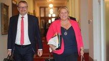 Vláda zřejmě bude moci odvolat státní tajemníky. Opozici se to nelíbí