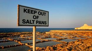 Solné pánve Xwejni se rozprostírají na několika kilometrech pobřeží ostrova Gozo