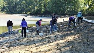 Dobrovolníci zachraňující škeble u vypuštěného rybníku Mrhal na Českobudějovicku