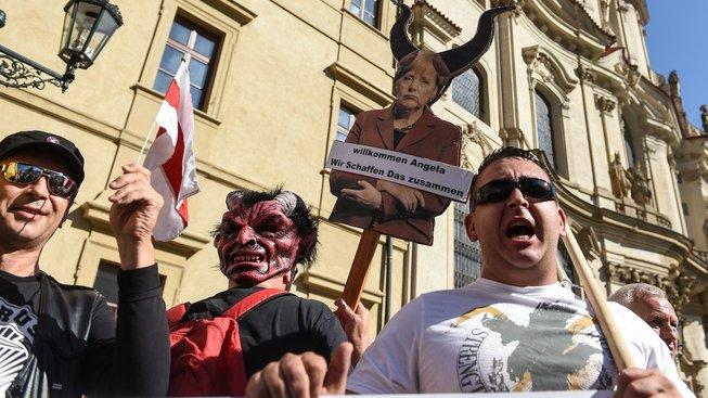 """Češi oslavují příjezd """"milované"""" kancléřky do Prahy"""