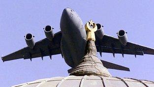 Americký transportní letoun C-17 startující ze základny v Incirliku na jihu Turecka. Stejný typ letounu dovezl Kurdům zbraně ze skladů české armády