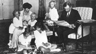 V té době již excísař Karel se svou ženou Zitou a dětmi v exilu v Ženevě.