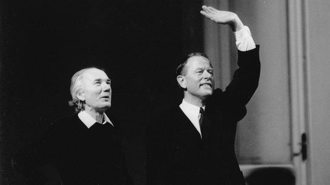 Thomas Bernhard a Claus Peymann při děkovačce po premiéře hry Náměstí Hrdinů (Heldenplatz)
