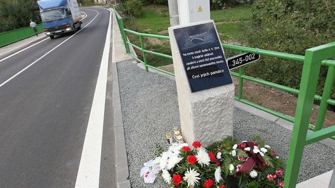 Památník na místě neštěstí.