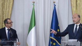 Italský ministr financí Giovanni Tria a komisař pro hospodářské a měnové záležitosti, daně a cla Pierre Moscovici.
