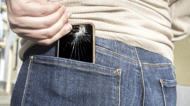 Jeden z deseti lidí, kterým se někdy rozbil telefon, si ho přisedl v zadní kapse. Ilustrační snímek
