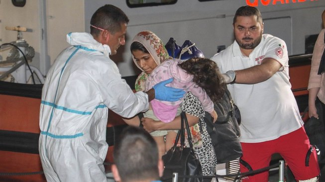 Uprchlíci, jež připluli do italského města Crotone