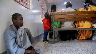 Lidé v Africe se dožívají vyššího věku, se kterým přicházejí i neinfekční choroby jako rakovina. Místní zdravotnictví však na to není připraveno, a tak například v Ugandě mají jedno jediné zařízení na radioterapii, na které čekají frontu zástupy pacientů