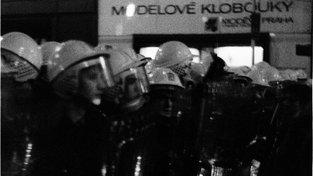 """Sešikovaní příslušníci pohotovostních jednotek Veřejné bezpečnosti v """"modelových"""" helmách na pražské Národní třídě 17. listopadu 1989. Byla to poslední barikáda, kterou dali komunisté dohromady. Naštěstí"""