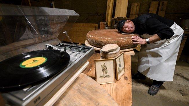 Beat Wampfler zkouší vyrobit sýry s příchutí hudby