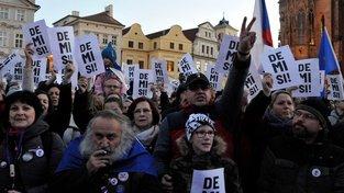 'Demisionáři', účastníci protivládní demonstrace na Staroměstském náměstí v Praze
