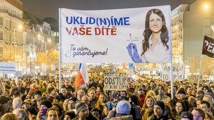 Na demonstracích, které posun v případu vyvolal, byli lidé kritičtí i vůči psychiatričce, která napsala o Babišovi mladším lékařskou zprávu