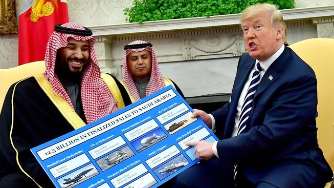 Donald Trump ukazuje nabídku amerických zbraní saúdskému korunnímu princi Mohamedu bin Salmánovi, který je nyní faktickým vládcem ropné velmoci. A co za, to Donalde, nechceš rozpustit někoho ze CNN?