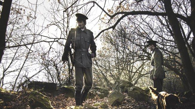 Atmosféru hry dotvářejí vstupy vedlejších postav, jako jsou například hlídkující ozbrojenci.