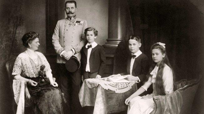 Rodina Františka Ferdinanda d'Este a Žofie z Hohenbergu kolem roku 1911. Měli tři děti - Žofii, Maxe a Ernsta.