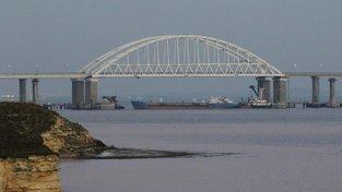 Ukrajinské námořnictvo v neděli oznámilo, že ruské speciální jednotky zabavily v Černém moři tři jeho lodě, přičemž utrpěli zranění dva členové ukrajinské posádky. Ukrajinci obvinili Rusy, že na jejich lodě stříleli.