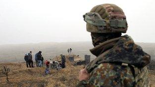 Ukrajinský parlament schválil výnos o vyhlášení válečného stavu. Civilisté pod dohledem armády kopou na pobřeží Azovského moře zákopy.