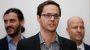 Adam Zábranský (uprostřed) uvedl, že nájmy v městských bytech v Praze jsou příliš nízké