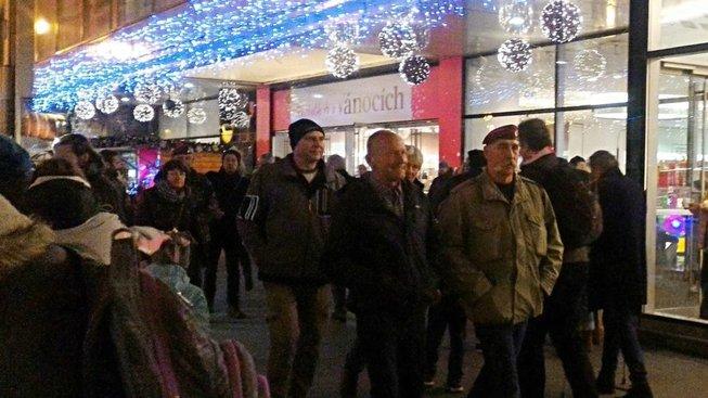 Muž ve vojenské bundě a červeném baretu je Petr Šesták. 17. listopadu 1989 velel brutálnímu zásahu tzv. červených baretů proti demonstrantům. Letos se na místo činu přišel demonstrativně podívat.