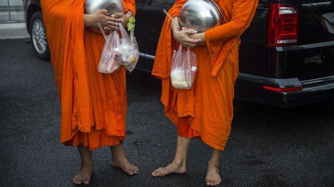 Milodary, které mniši dostávají, nejsou zrovna ukázkou zdravé stravy
