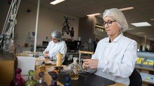 Rukama Dames de table procházejí ty nejluxusnější a nejdražší parfémy