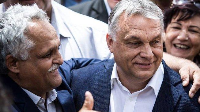 Maďarský premiér s voliči.