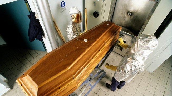 Mrtvá těla jako taková jsou plná toxinů od zbytků léků po zubní náhrady, tak proč zatěžovat planetu i jedovatým lakem na rakvích? Ilustrační snímek
