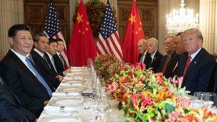 Čínsko-americké jednání vedli čínský prezident Si Ťin-pching (první zleva) a jeho americký protějšek Donald Trump