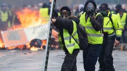 Komentář: Vláda na nás štípe dříví a my se nebouříme. Nejsme Francouzi
