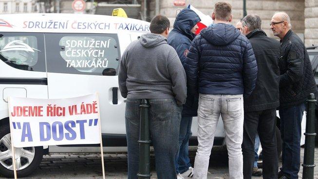 Listopadová demonstrace taxikářů proti Uberu a Taxify